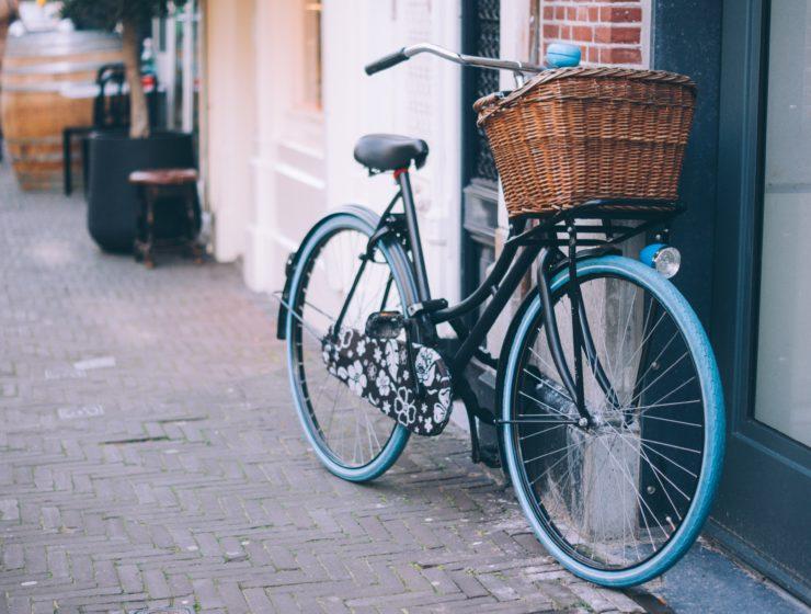Jesienne przejażdżki rowerowe – kosze wiklinowe do rowerów