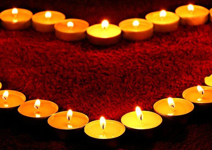 Świece – na romantyczną kolację, w razie awarii prądu i do ocieplenia aranżacji