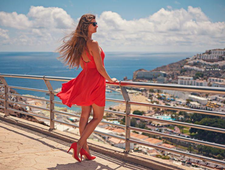 Czerwona sukienka i akcesoria do niej – dodatki też są ważne